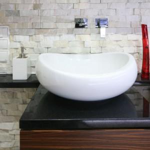 Łazienka z ozdobnym kamieniem – wnętrze w szlachetnych materiałach