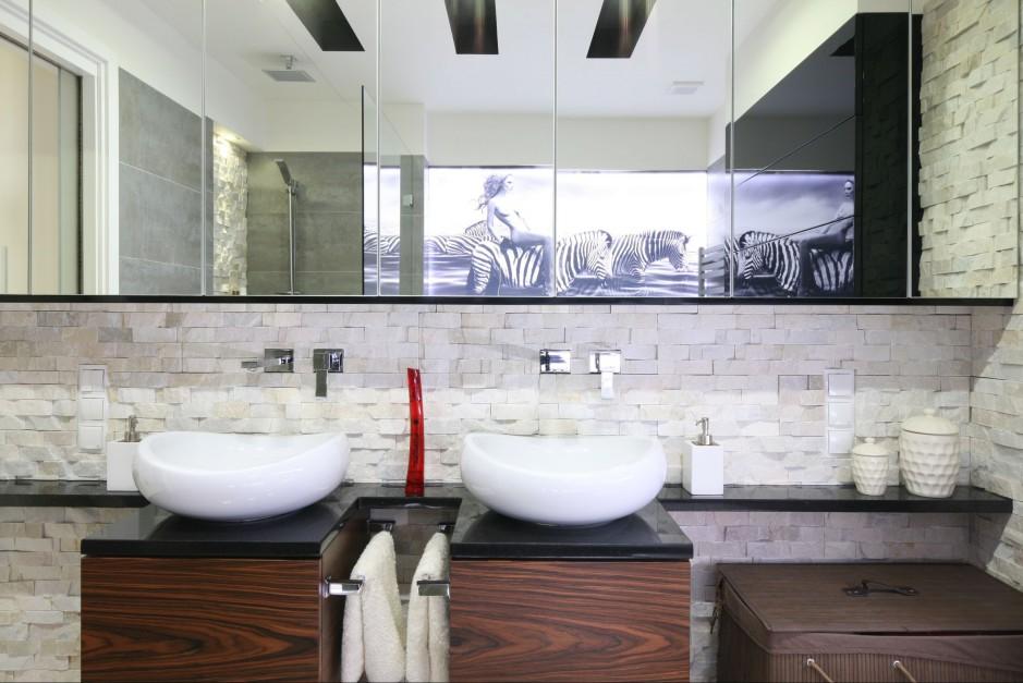 Aranżujemy łazienka Z Ozdobnym Kamieniem Wnętrze W