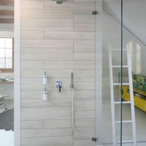 W stylu skandynawskim – pomysłowe poddasze z sypialnią, prysznicem i miejscem do pracy