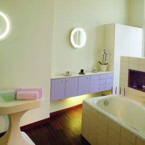 Łazienka w starej kamienicy: z parkietem i mozaiką. Zobacz jak można ukryć pralnię