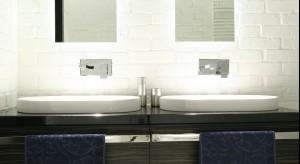 Łazienka w stylu industrialnym – tak można wykorzystać białą cegłę
