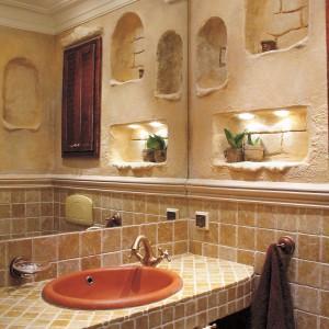 Łazienka z trawertynem z Asyżu – styl antyczny na niespełna 2 metrach