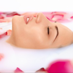 Aromaterapia w domowej łazience. Wypróbuj przepisy z olejkiem różanym