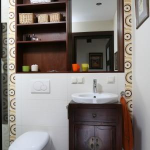 Mała łazienka z dużym prysznicem – zobacz ciekawy pomysł na lustro
