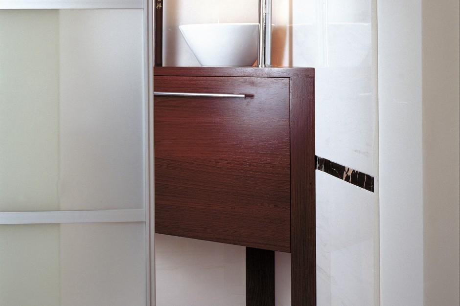 Mikroskopijna toaleta dla gości – z przesuwanymi drzwiami i marmurami