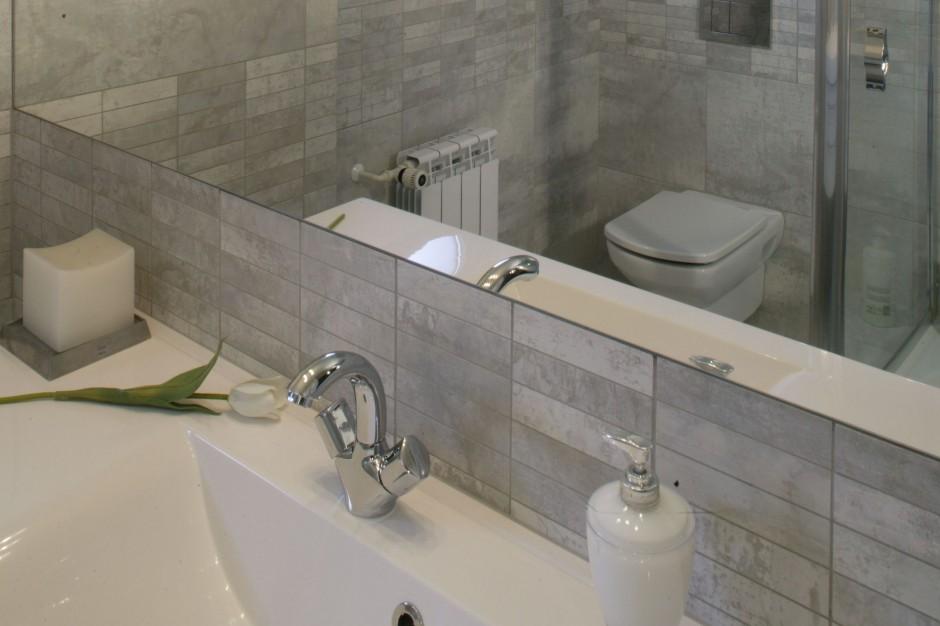 Łazienka w modnych szarościach – zobacz wnętrze w stylu loftowym