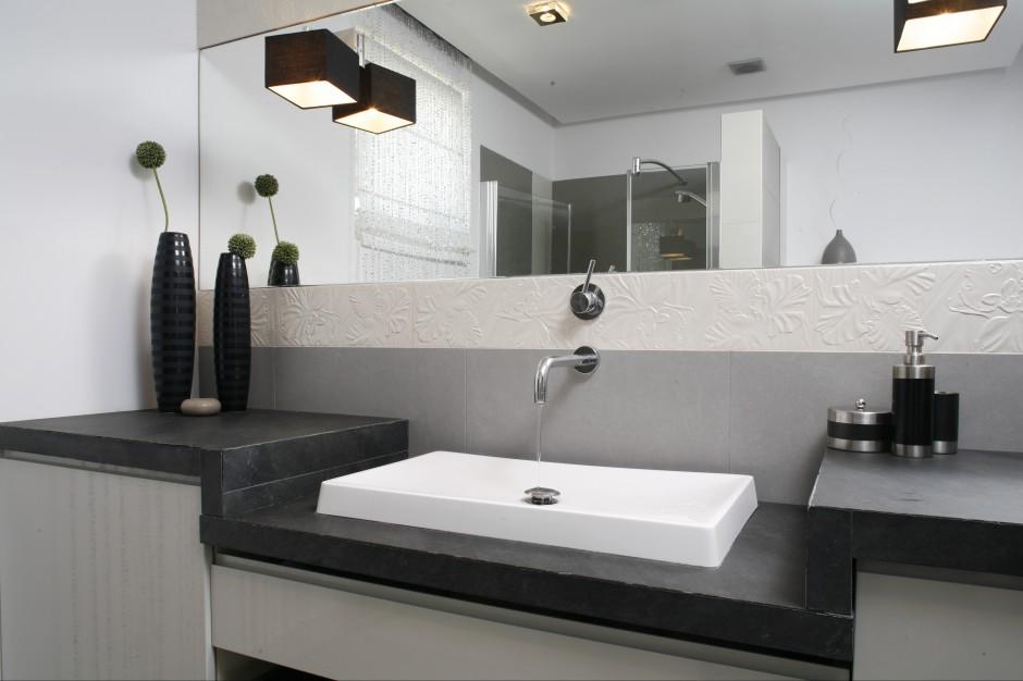 Łazienka w stylu glamour – z pięknym, kamiennym blatem z  bazaltu