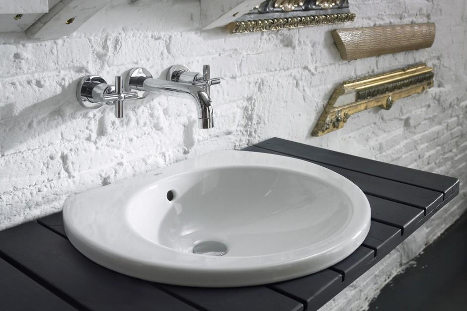 Łazienka w klimacie loft – z efektowną cegłą na ścianie
