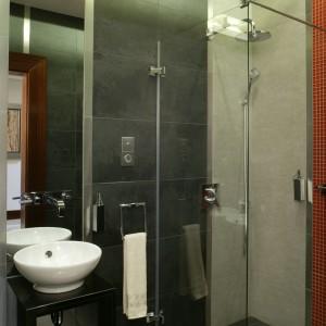Ekstrawagancka łazienka dla gości – zobacz wnętrze w klimacie industrialnym