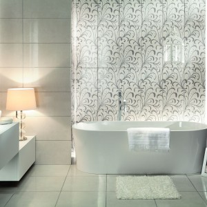 Jasna i przestronna – biała łazienka w modnych aranżacjach