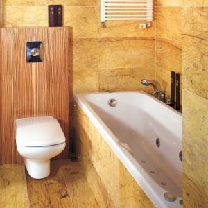 Marmur jak skamieniałe drewno. Bardzo elegancka łazienka przy sypialni