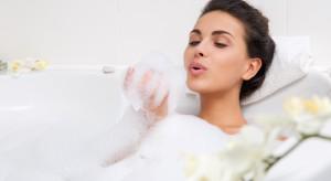 Kąpiele na suchą skórę. Wypróbuj 6 przepisów z miodem, oliwą i ziołami