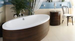 Przepiękny salon kąpielowy w stylu morskim – tak można łączyć niebieskie płytki i drewno