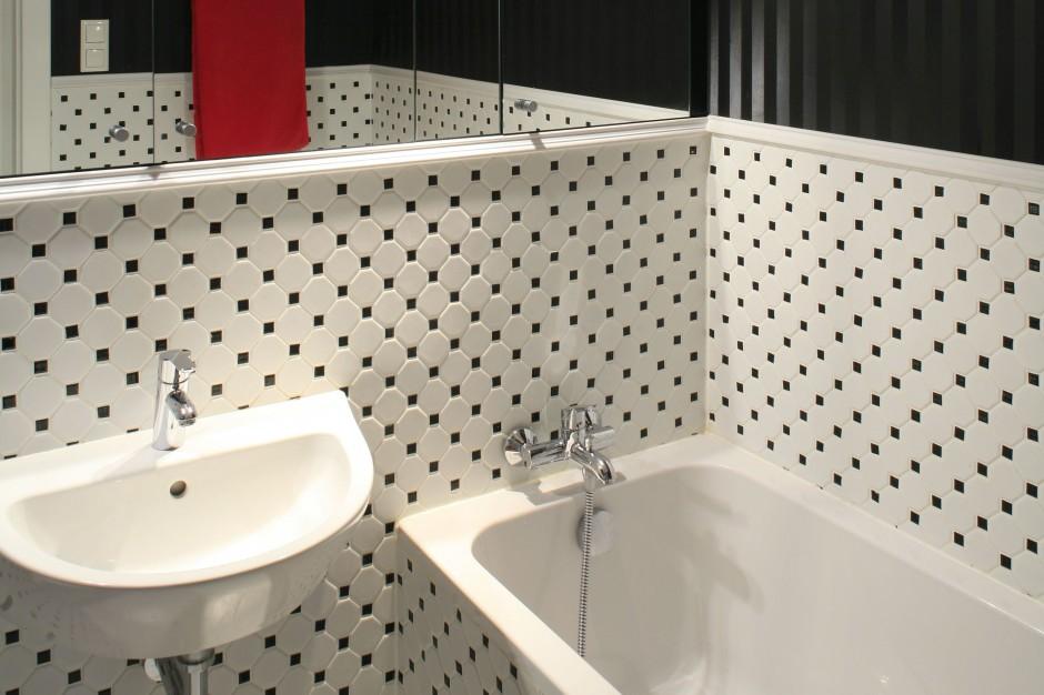 Łazienka w stylu retro –  czarno-białe wnętrze w  eleganckim wydaniu