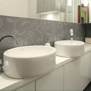 Damska łazienka dla mamy i córek – praktycznie w stylu glamour