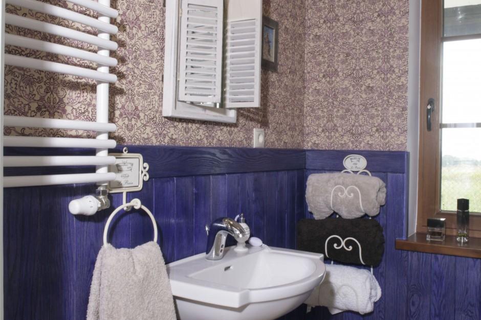 Aranżujemy - Lawendowa łazienka w angielskim stylu – z kolorową boazerią i tapetą  Łazienka.pl