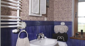 Lawendowa łazienka w angielskim stylu – z kolorową boazerią i tapetą