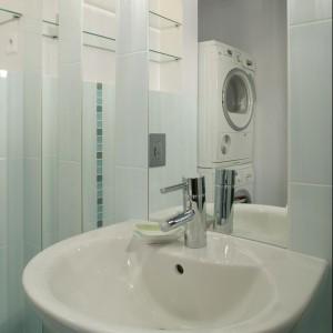 Sposób na małą łazienkę – jasne płytki i lustra