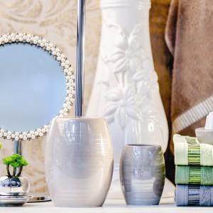 Białe akcesoria łazienkowe – eleganckie i praktyczne komplety