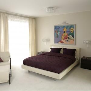Biała łazienka w stylu glamour. Zobacz szykowne wnętrze z widokiem na Pałac w Wilanowie