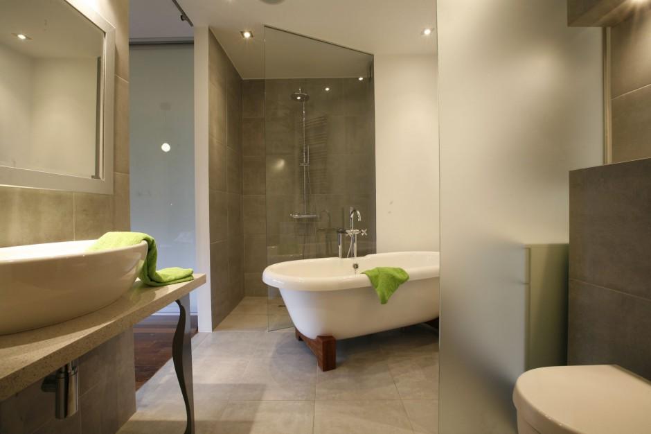 Salon kąpielowy przy sypalni – tak można powiększyć łazienkę