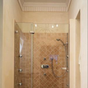 Klasyka w beżach – mała łazienka w starej willi. Zobacz zmiany po remoncie