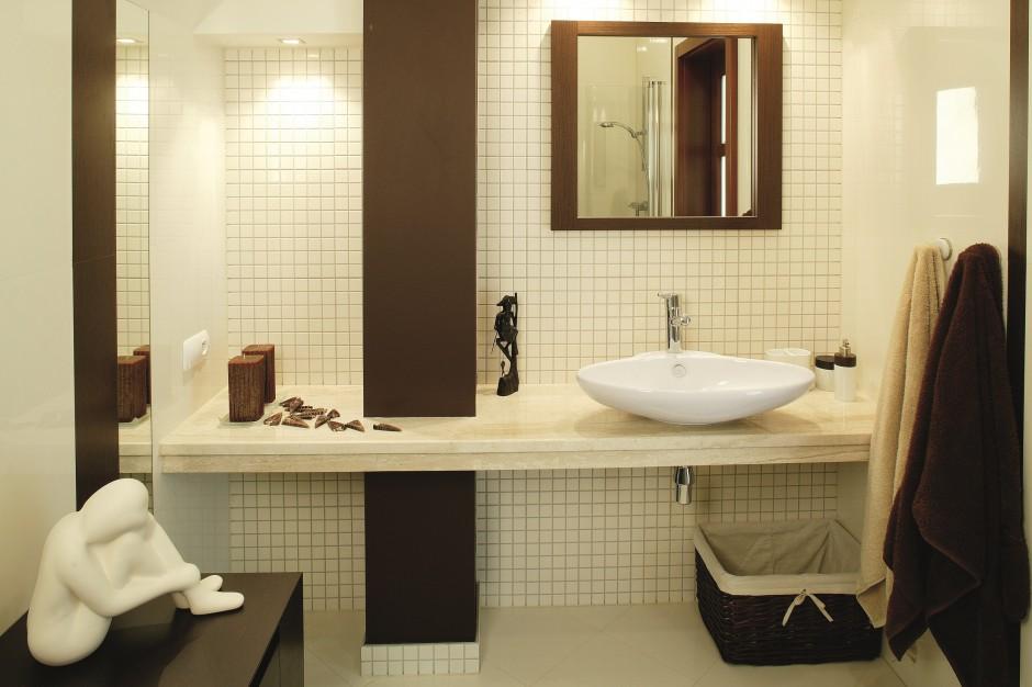 Łazienka z prysznicem na poddaszu. Zobacz małe wnętrze w beżu i brązie