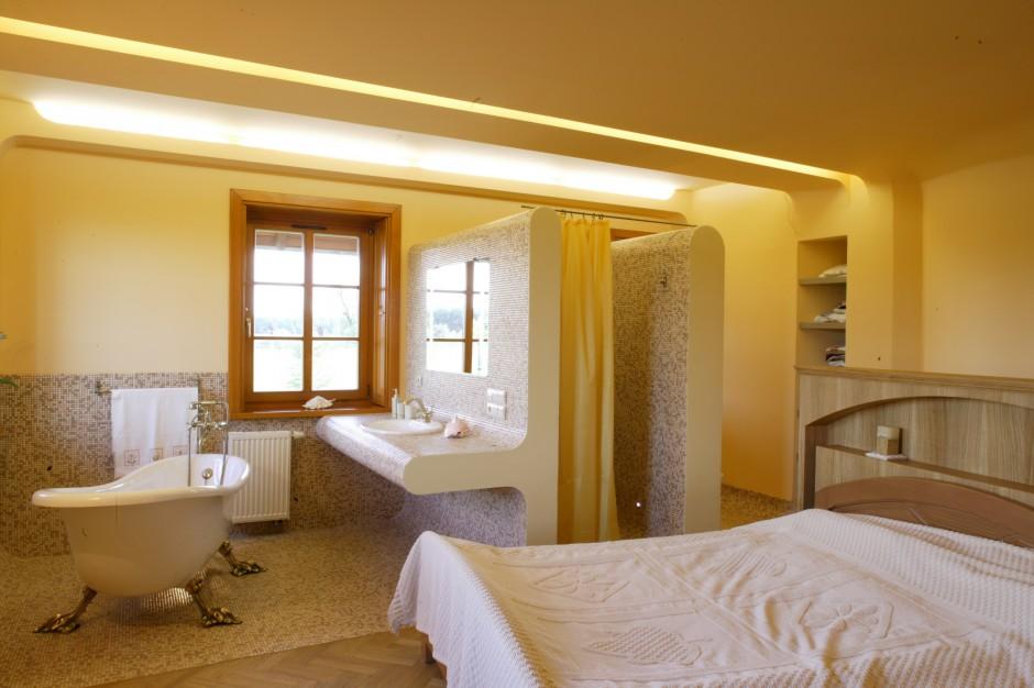Sypialnia z łazienką dla dwojga. Zobacz jak można wydzielić strefy