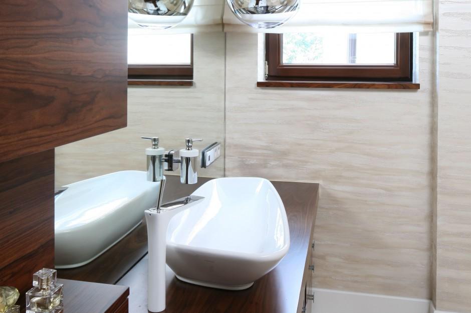Łazienka wykończona trawertynem – zobacz piękne wnętrze dla dwojga