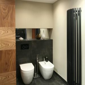 Łazienka pod skosem dachowym – nowoczesny salon kąpielowy ocieplony drewnem