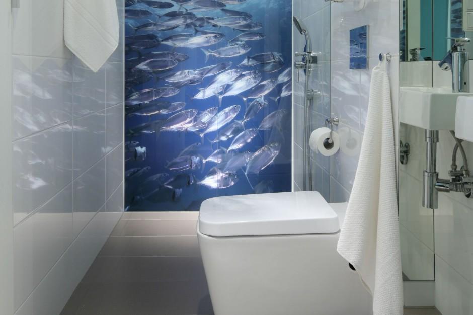 Łazienka z bajeczną fototapetą – zobacz podwodny świat morskich rybek