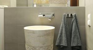 Marmurowa umywalka i łupek na ścianie – zachwycająca łazienka w stylu new country