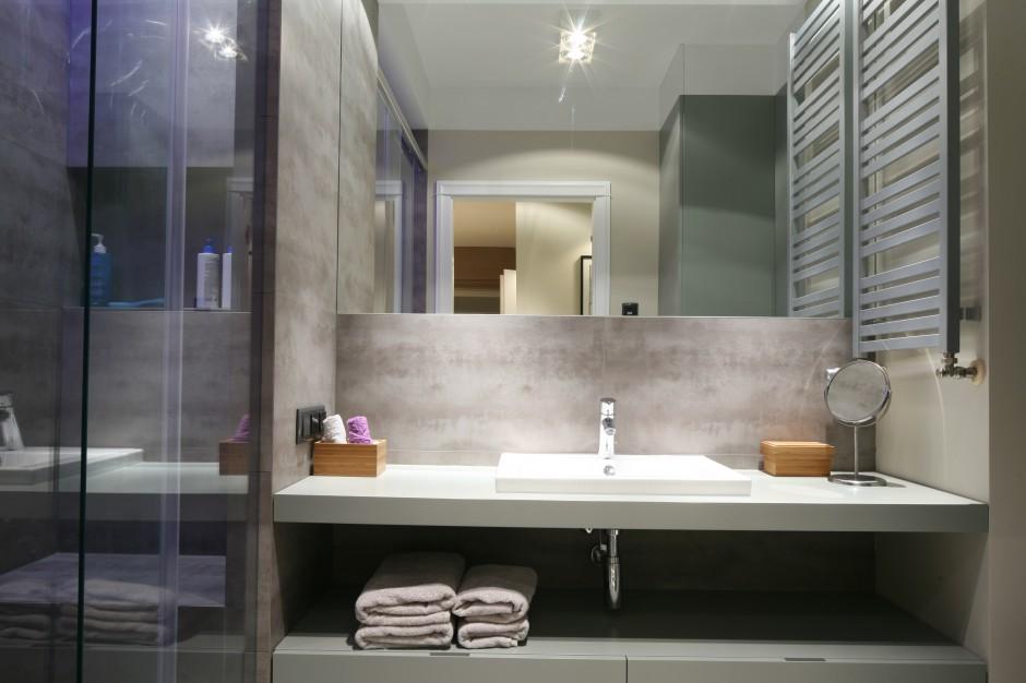 Łazienka w szarościach – modne wnętrza w stylu loft