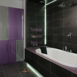 Zmysłowa łazienka przy sypialni – tutaj rządzi fiolet