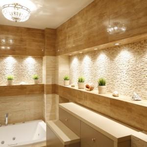Łazienka pięknie oświetlona – 12 propozycji polskich architektów