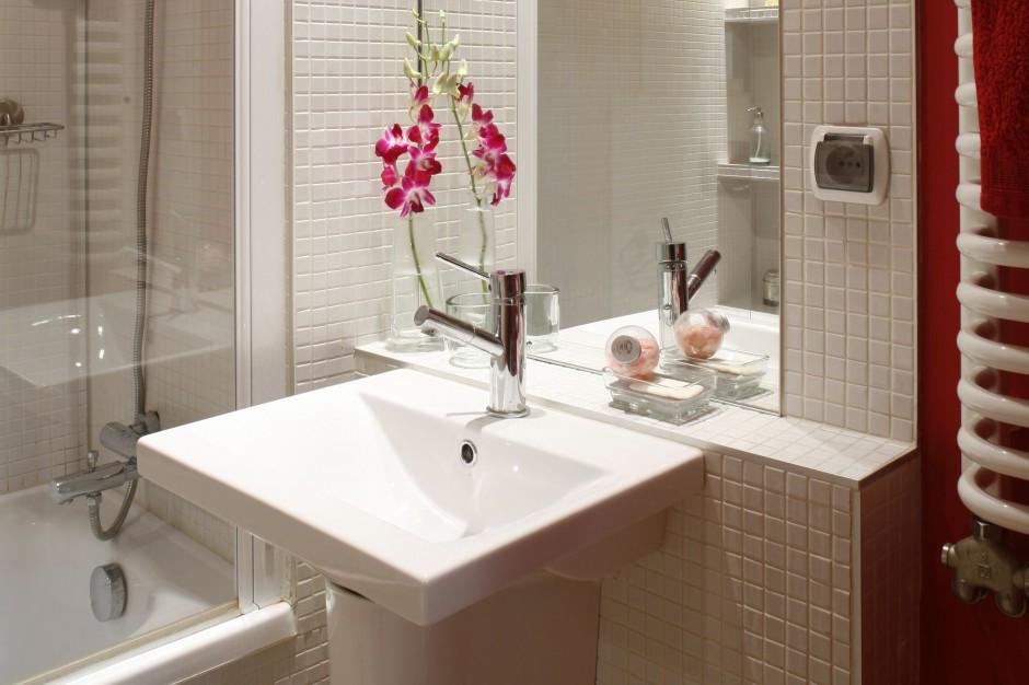 Elegancka, ale i praktyczna – zobacz łazienkę z czerwonym sufitem