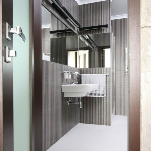 Łazienka pana domu – tak można ukryć pralkę