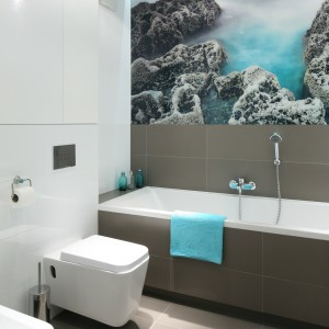 Biała łazienka ożywiona kolorem – najlepsze pomysły architektów