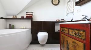Mała łazienka na poddaszu: z wanną i kabiną