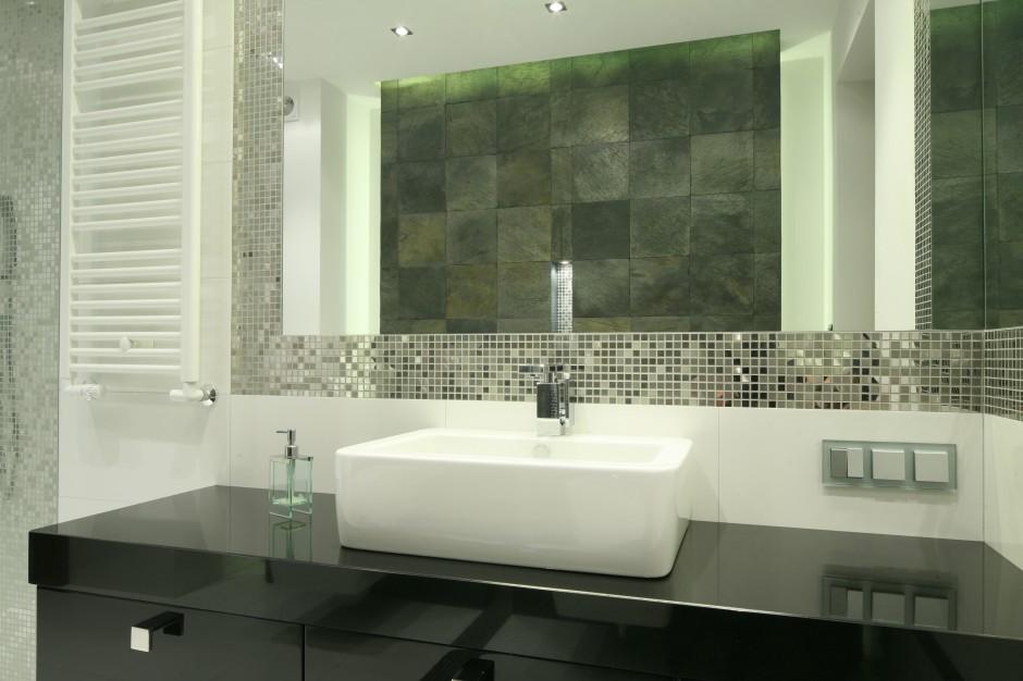 Łazienka w kamieniu: łupek, mozaika i narożne lustro