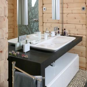 Surowe drewno na ścianach - zobacz łazienkę w domu z bali