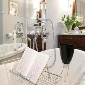 Biała łazienka ocieplona drewnem – piękne wnętrze w stylu retro