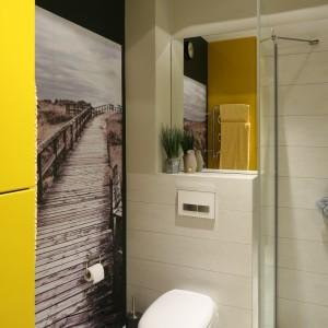 Kolorowa łazienka z fototapetą. Sprawdź jak można zabudować pralkę