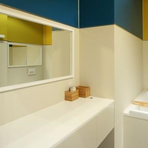 Kolorowa łazienka dla rodziny. Zobacz jaki efekt dekoracyjny daje farba
