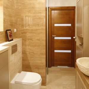 Łazienka w modnych beżach i brązach. Zobacz wnętrze z pięknym trawertynem
