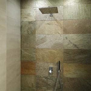 Prysznic z deszczownicą: zobacz jak zaprojektować. Pomysły architektów