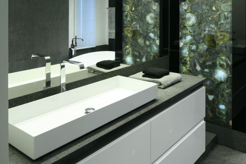 Minimalistyczna łazienka – wnętrze ozdobione pięknym kamieniem