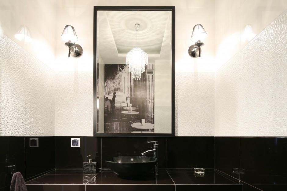 Łazienka dla gości w czerni i bieli: z wyjątkową fototapetą