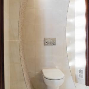 Toaleta dla gości w beżach: tak można wykorzystać trawertyn