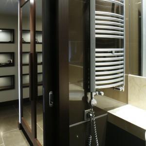 Toaleta dla gości – lustra powiększają przestrzeń